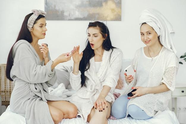 Amicizia femminile e concetto di festa a casa