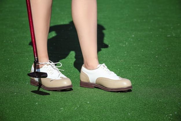 화창한 날에 코스에서 여성 골프 선수