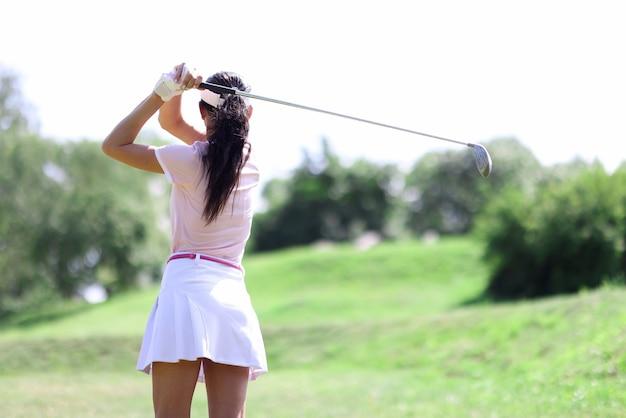 クラブの肖像画で女性ゴルファー