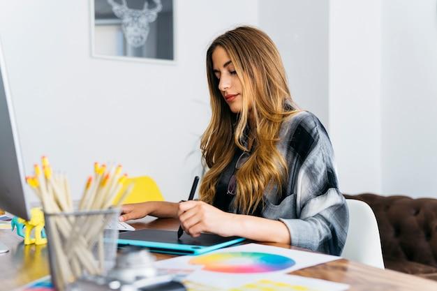 Женский графический дизайнер на столе
