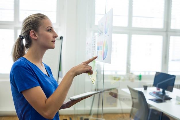 디지털 태블릿을 들고 컬러 차트를보고 여성 그래픽 디자이너