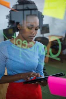 그래픽 태블릿을 사용하는 여성 그래픽 디자이너