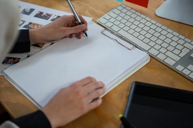 デスクで働く女性のグラフィックデザイナー