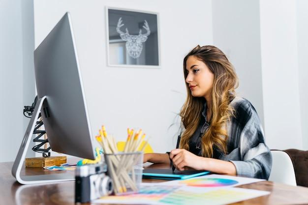 컴퓨터에서 작업하는 여성 그래픽 디자이너 프리미엄 사진
