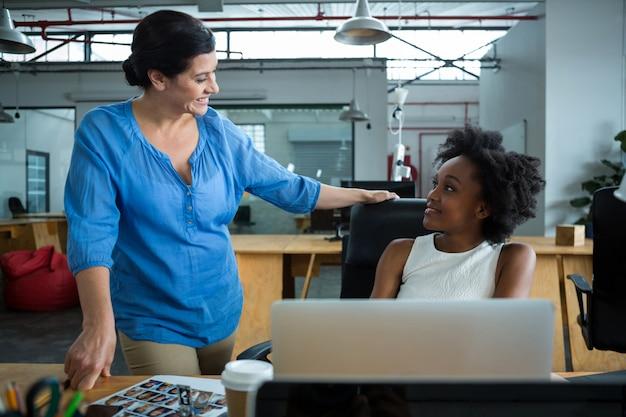 会話をする女性グラフィックデザイナー