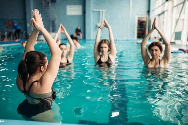 수영장에서 아쿠아 에어로빅 운동에 여성 그룹. 훈련, 수상 스포츠에 수영복을 입은 여성