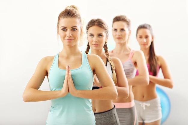 Женская группа практикующих йогу