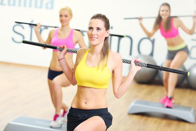 ジムで運動する女性グループ