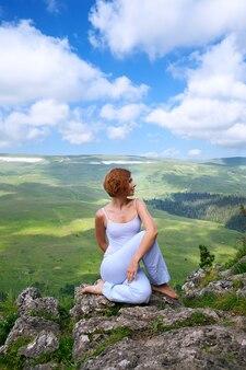 崖の端にある女性の体操
