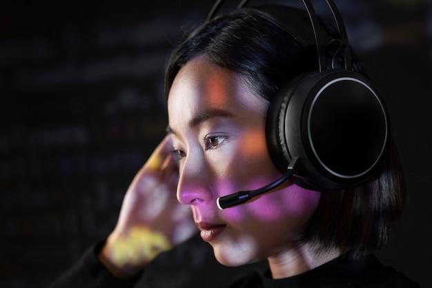 바이너리 코드를 해독하는 여성 해커