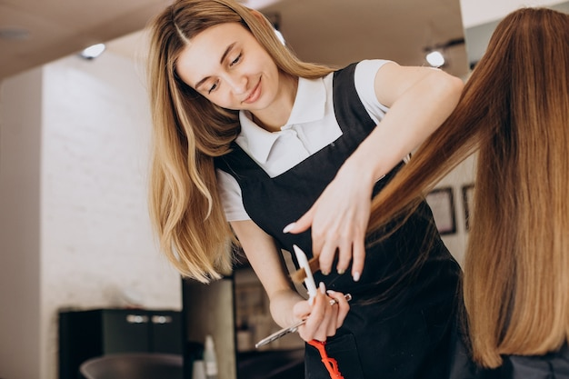 Женский парикмахер в салоне красоты