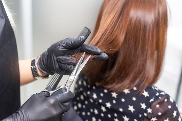女性美容師が散髪します。