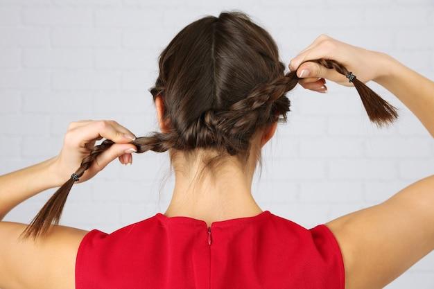 光の上の女性の髪型 Premium写真