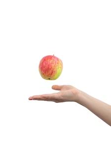 女性の手と白い背景の写真で隔離の赤いリンゴ