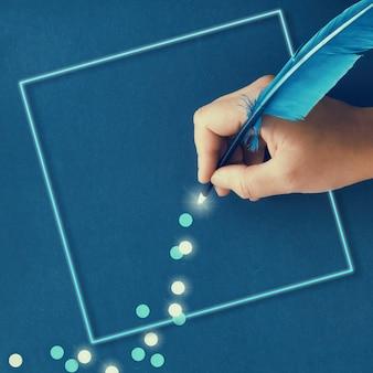 Женская рука рисунок тропа из бумажных снежинок из синего пера перо на темно-синей бумаге