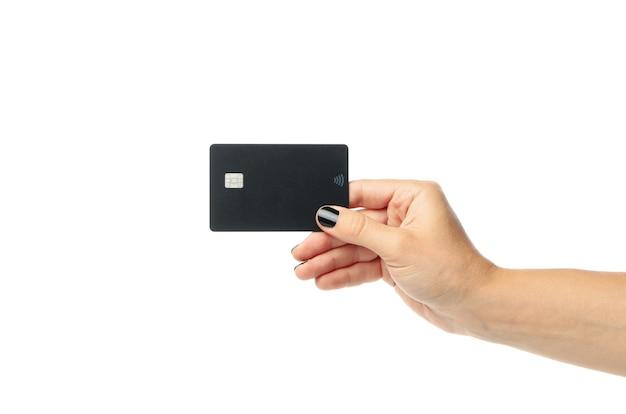女性の手は白で隔離の黒いカードを保持します。