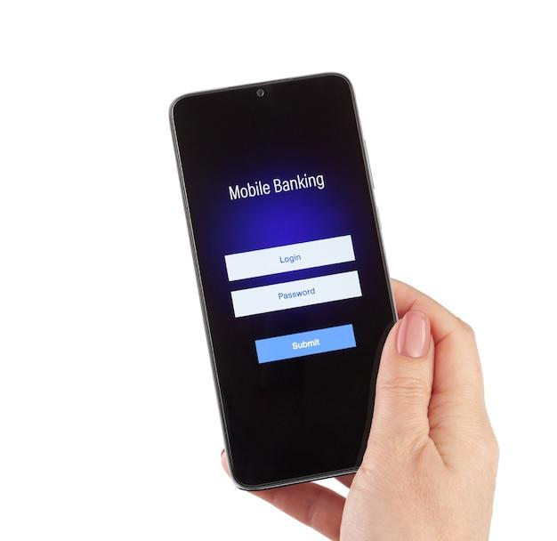 Женская рука держит мобильный банкинг на смартфоне на белом фоне