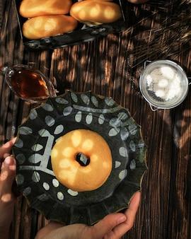 Тарелка в деревенском стиле для женщин с пончиком или пончиком донат - жареная закуска