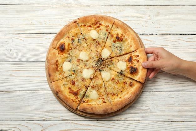 여성의 손을 잡고 맛있는 치즈 피자 조각