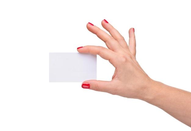 女性の手は白い個人カードを保持します