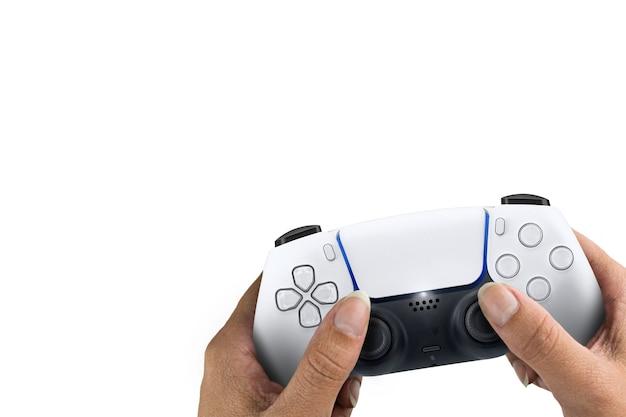 白い背景で隔離の次世代の白いゲームコントローラーを持っている女性の手。