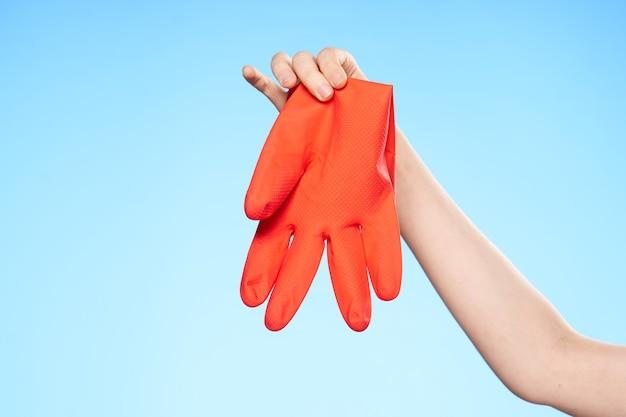 ゴム手袋を持っている女性の手