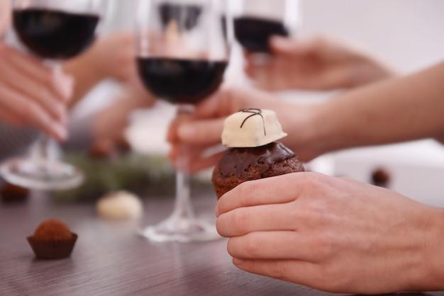 여성의 손을 잡고 초콜릿 과자 근접 촬영