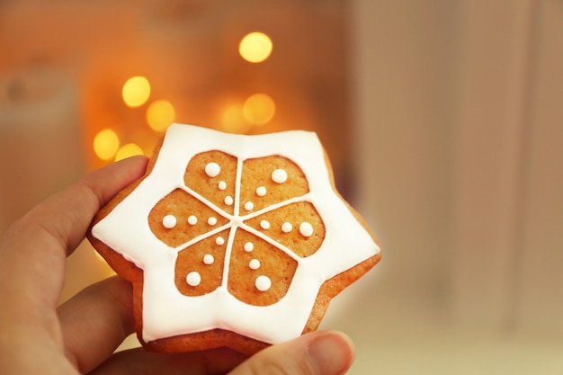 여성의 손을 흐리게 표면에 맛있는 진저 쿠키를 들고보기를 닫습니다.