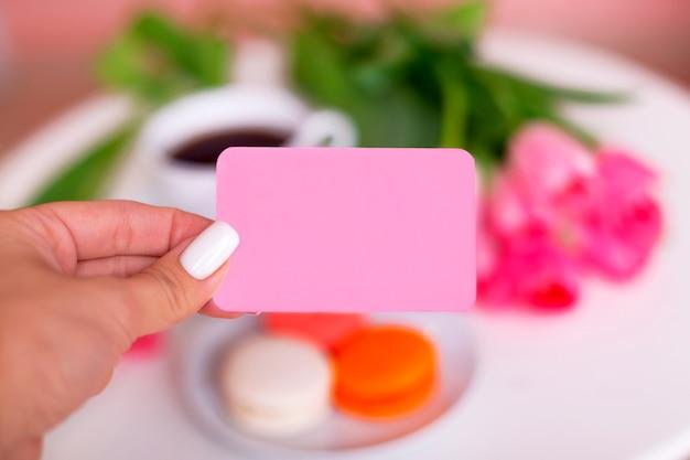 訪問カードを持っている女性の手