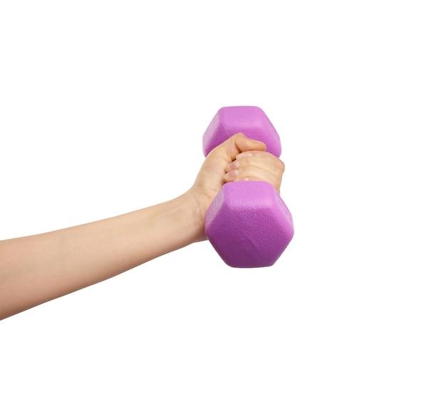 女性の手は、白い孤立した背景、スポーツコンセプトにプラスチックピンクのダンベルを保持します。