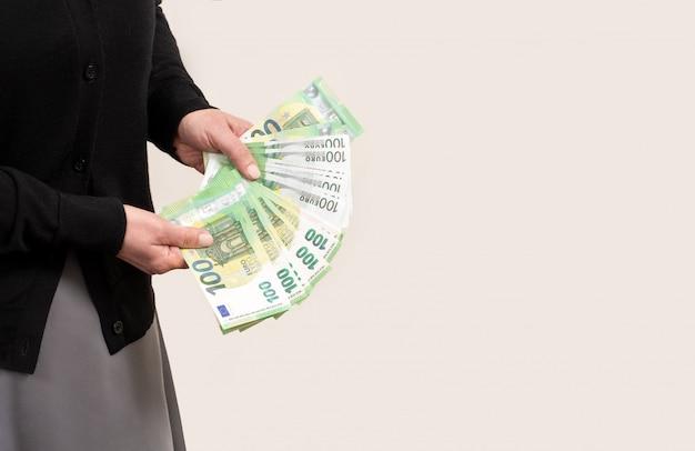 Женская рука держит евро карманные белые фоновые деньги