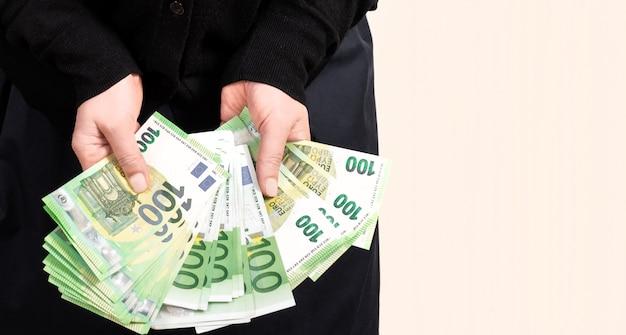 女性の手を保持するユーロポケットホワイトバックグラウンドお金
