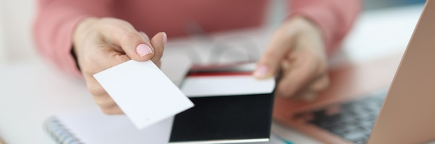 여성 손 직장에서 명함을 보유합니다. 인쇄 및 명함 개념 만들기