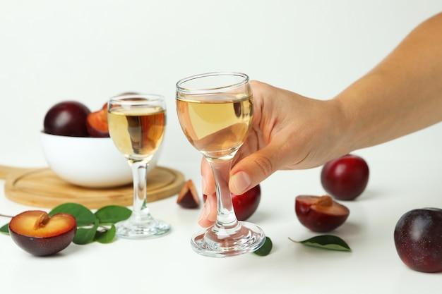 여성의 손에 매실 보드카 한 잔, 클로즈업