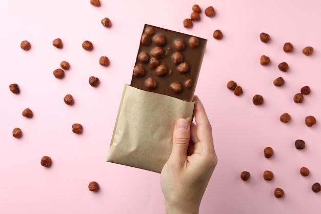 여성 손 핑크에 맛있는 초콜릿을 보유