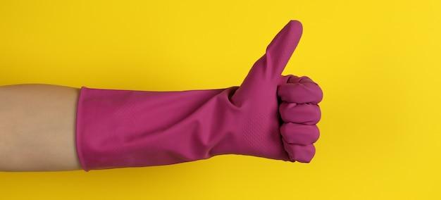 黄色の家事手袋の女性の手