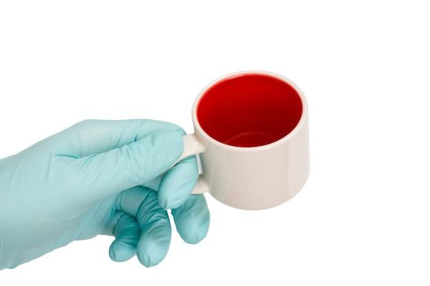 격리 된 흰색 배경에 빈 컵을 들고 라텍스 장갑에 여성 손
