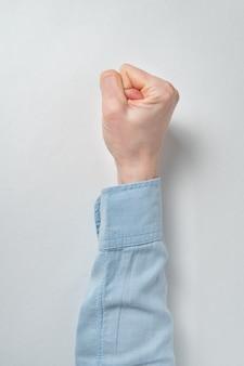 白い壁に女性の手。上面図。縦枠