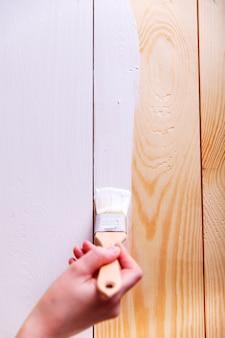 白い木の板で女性の手塗料