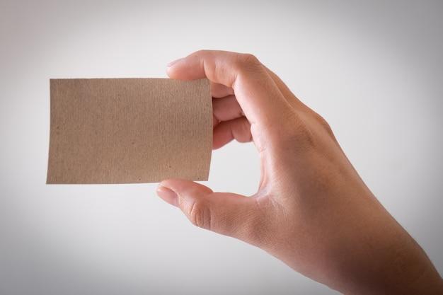 Женская рука с пустой визитной карточкой с копией пространства