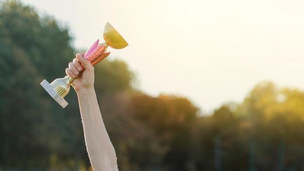 트로피를 올리는 여성 손