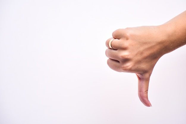 여성 손 표시 싫어하는 기호, 아래로 엄지