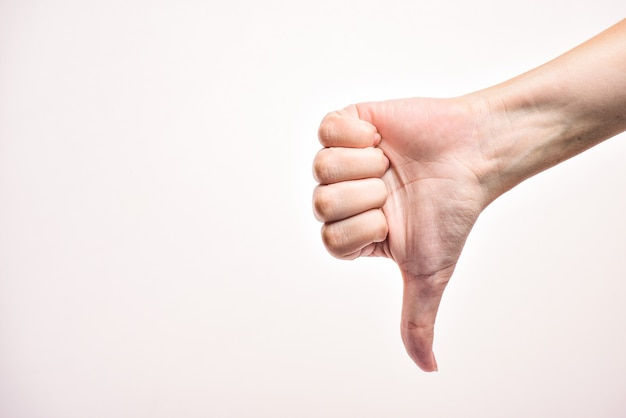 Женская рука показывает знак неприязни