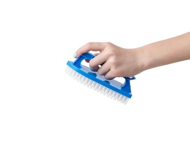 Женская рука с синей щеткой для чистки, изолированной на белой поверхности