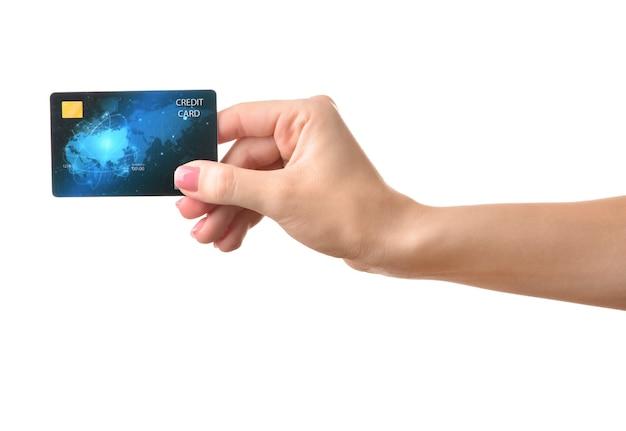色の表面にクレジットカードを持つ女性の手