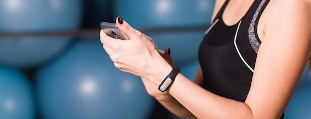Женская рука с фитнес-трекером в тренажерном зале заделывают.