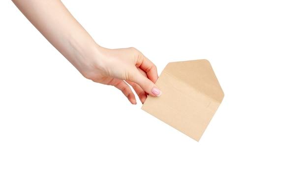 흰색 배경에 고립 된 봉투를 들고 매니큐어와 여성 손