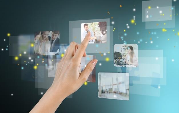Женская рука с современными технологиями как концепция