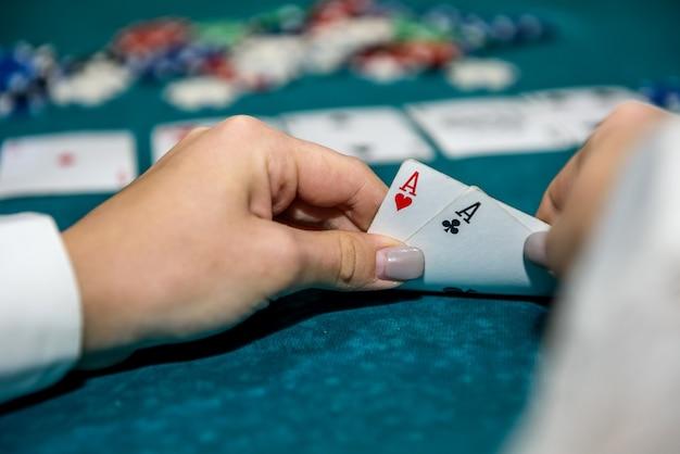 카드 놀이와 포커 칩 여성 손 클로즈업