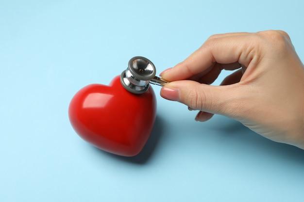 Женская рука со стетоскопом, проверка сердечного ритма